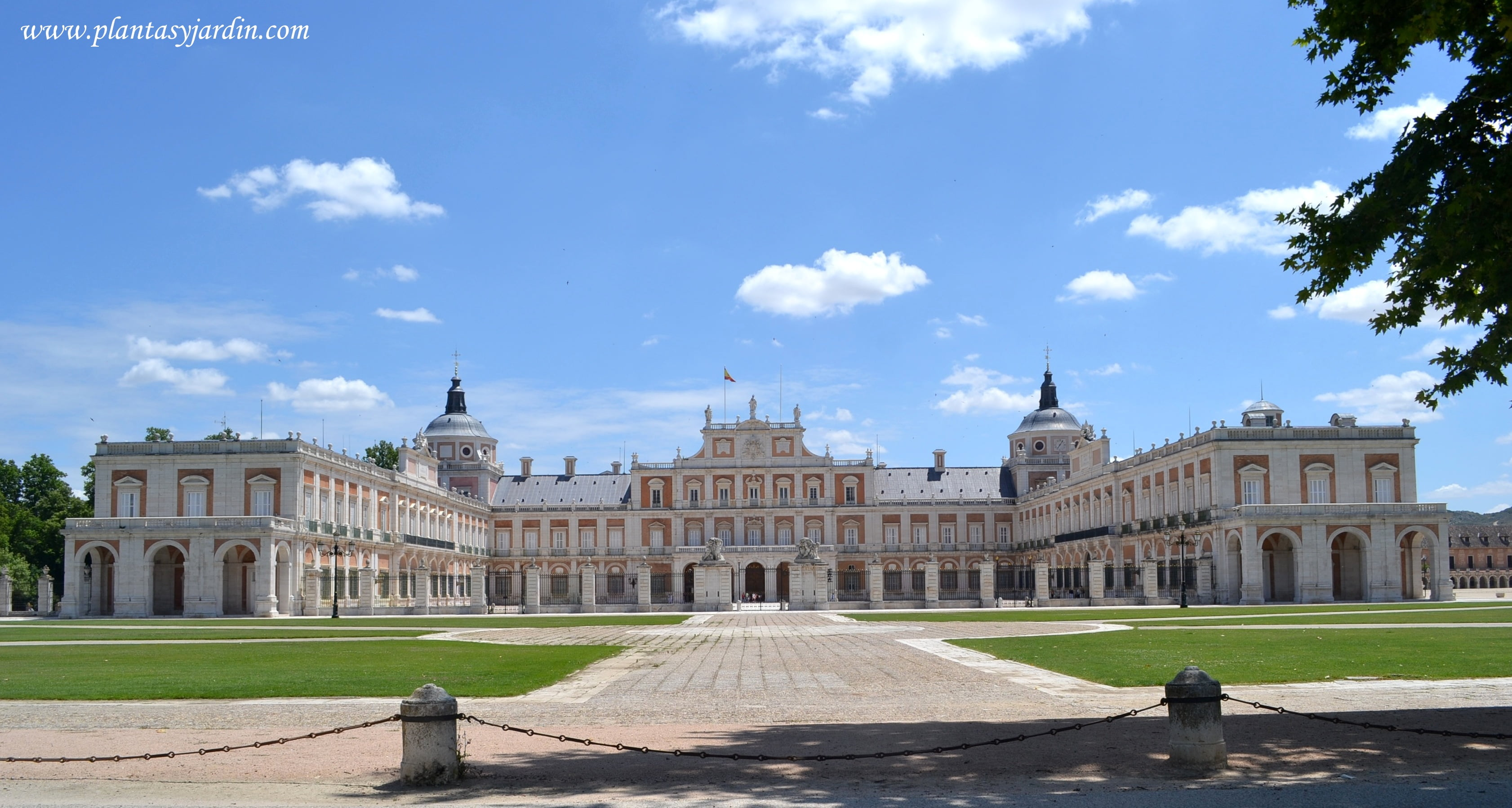 Palacio Real de Aranjuez, frente a la fachada se encuentra la Plaza elíptica, en forma de circo romano, posee 10 bancos de piedra, en este recinto se hacian conmemoraciones y juegos ecuestres, propios de la realeza absolutista.