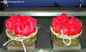 Bouquet floral de rosas cortadas sobre base de acrilico