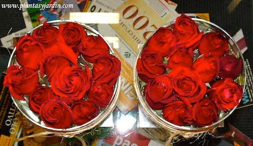 Bouquet floral de rosas rojas cortadas vista desde arriba