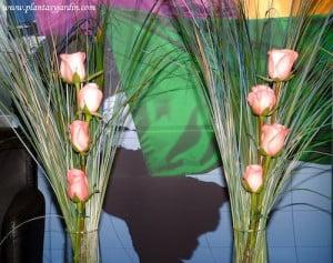 Bouquet floral de rosas rosas con Cortaderas pintadas de azul