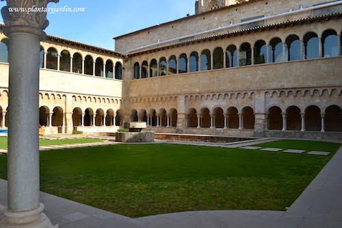 Claustro del Monasterio de San Cugat arte románico catalán construído en el siglo XII