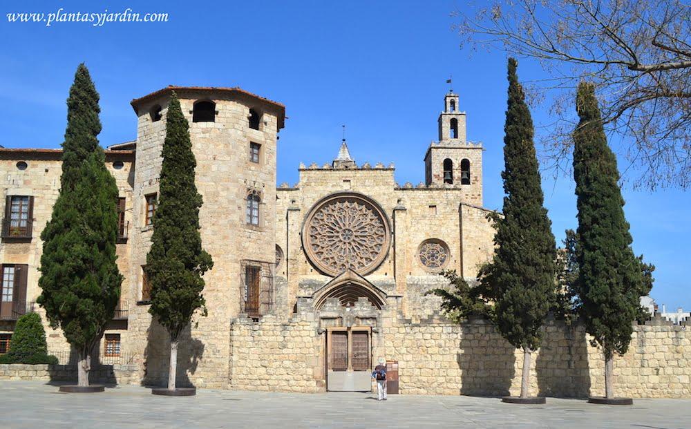 Fachada principal del Monasterio de San Cugat de estilo románico-gótico del siglo IX