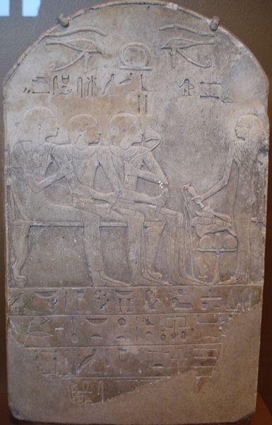 (*) estela funeraria, donde un egipcio huele el perfume de la flor del Loto azul
