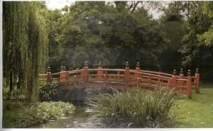 Puente japonés ante una casa de té. Foto:Libro, Gdes. Jdes. de Europa. Kluckert.