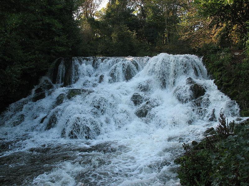 (*) el agua de la cascada de los jardines del Palacio de Blenheim, desembocan en el gran lago.