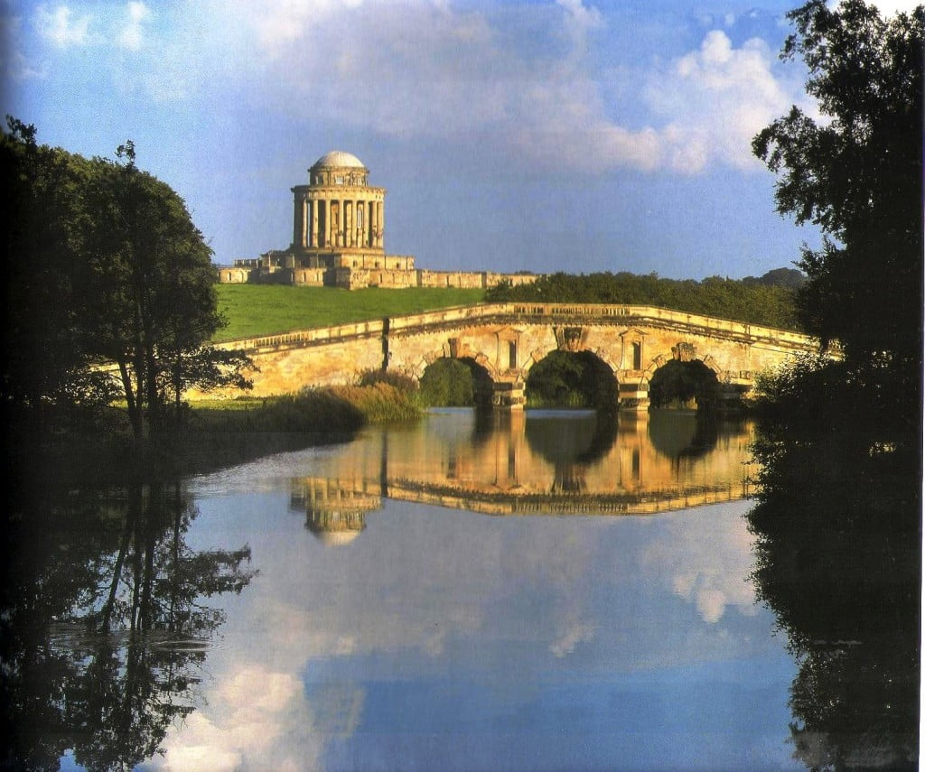 Castle Howard, North Yorkshire, vista del mausoleo, 1726-1729. Foto: Libro Gdes. Jadines de Europa Ehrenfried Kluckert.