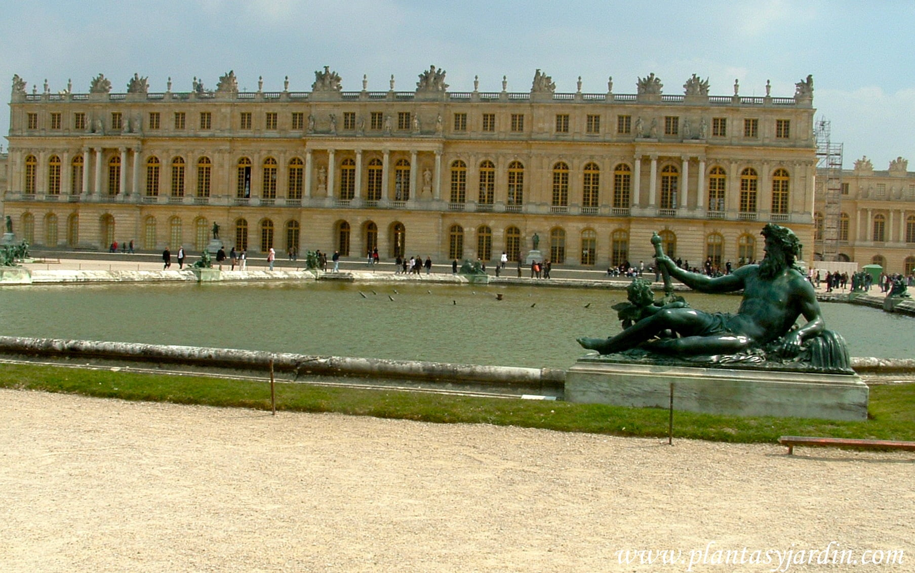 Parterre de agua, donde la fachada del Palacio de Versalles se refleja en el agua