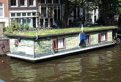 tejado verde en una casa flotante en el canal de Ámsterdam. Foto://www.blog.designsquish.com