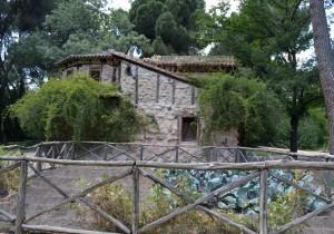 Casa de la Vieja, con una pequeña huerta en su frente