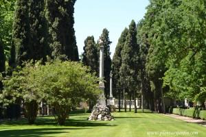 Columna de los enfrentados (Duelistas) en la entrada de El Jardín del Capricho.