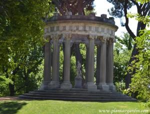 Templo de Baco, sobre 5 gradas de piedra berroqueña, 12 columnas y un pedestal central