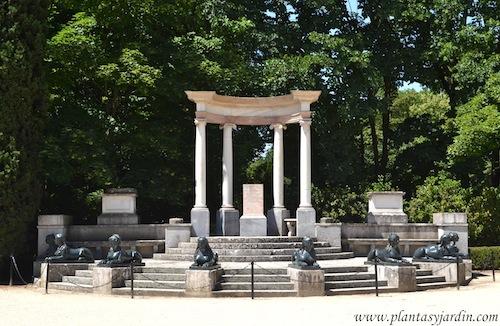 Exedra-Plaza de los Embajadores, Templete con columnas jónicas, realizado en la última década del S. XVIII