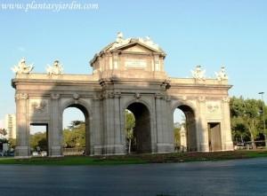 La Puerta de Alcalá junto al Parque del Retiro y la fuente de Cibeles