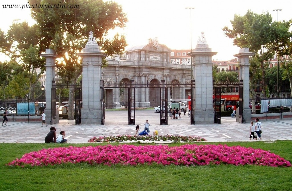 entrada principal al Parque del Buen Retiro en Madrid con la Puerta de Alcalá de fondo