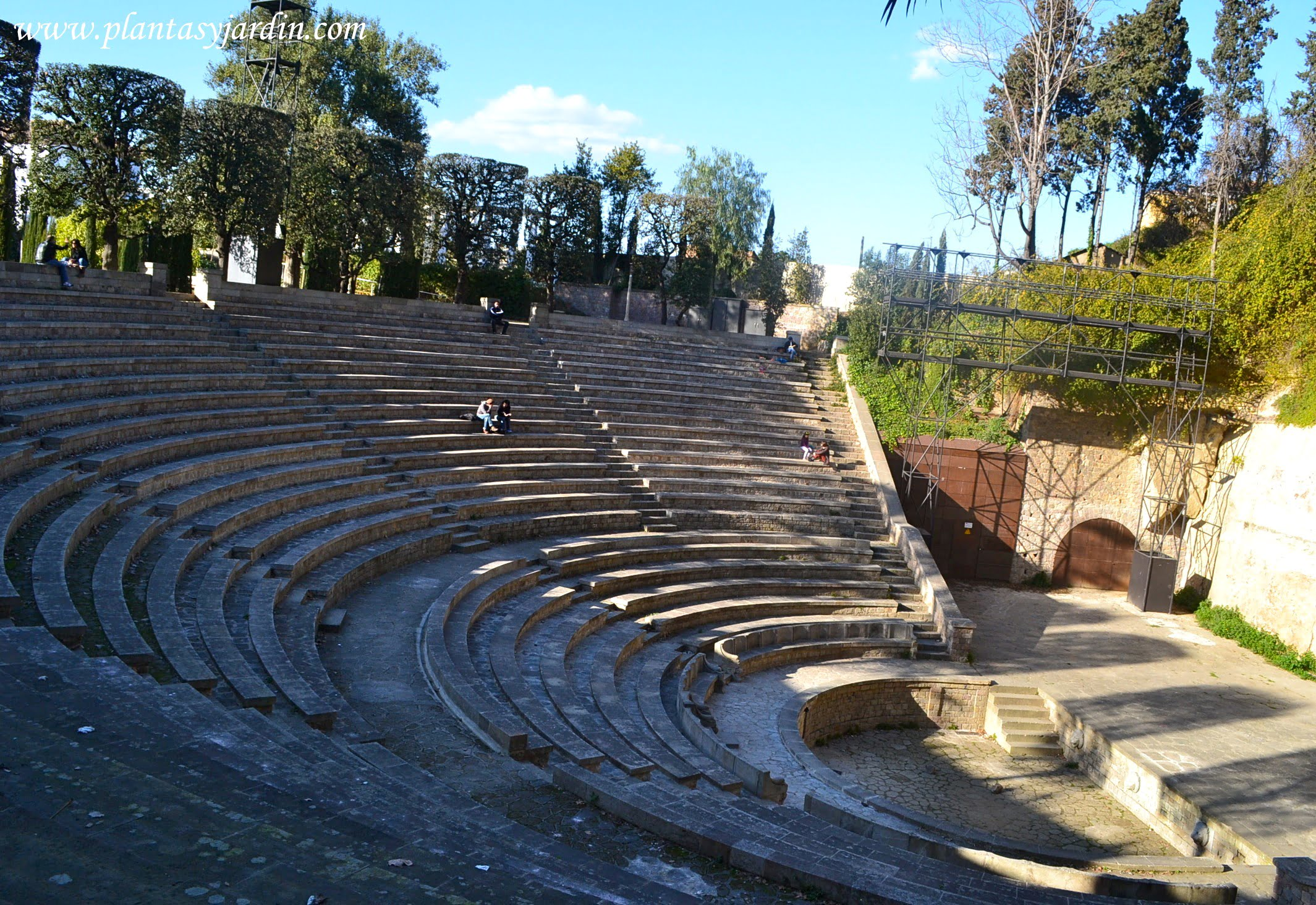 el anfiteatro del Jardin del Teatre Grec construido sobre una antigua pedrera