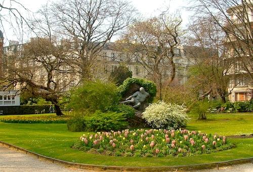 Jacintos rosas y Tulipanes amarillos en macizo floral en el Jardin de Luxembourg Paris