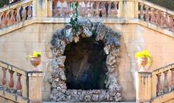 Gruta de Eco y Narciso el bello, mitología griega, en el Parc del Laberint d'Horta, Barcelona