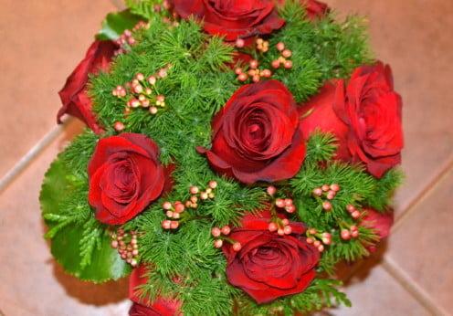 Ramo de rosas rojas, flor de cera, Asparagus, Thuja y hojas de Galax