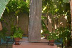 Columna romana sobre una base roja de Marrakech eregida en memoria de Yves Saint Laurent, disenador de moda francés 1936-2008
