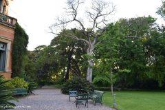 Entrada lateral hacia el jardín en la Villa Ocampo