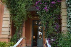 Escalinata de entrada desde el jardín hacia la galeria y al comedor