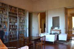 La original biblioteca de Victoria con un pequeño hogar