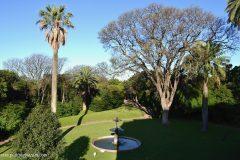 La fuente protagonista del jardín junto con los gansos vista desde la gran terraza